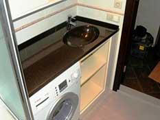Единая столешница над стиральной машиной, интегрированная раковина.