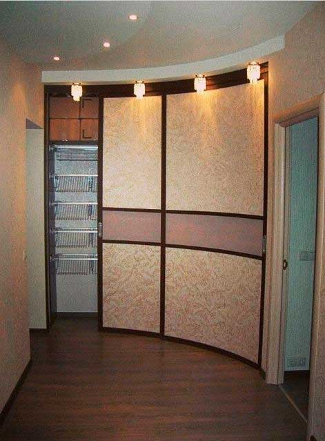 радиусный шкаф-купе в коридоре