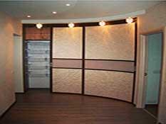 радиусный шкаф-купе в коридоре.