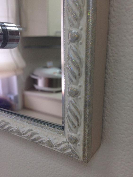 Багет на зеркале в ванной комнате