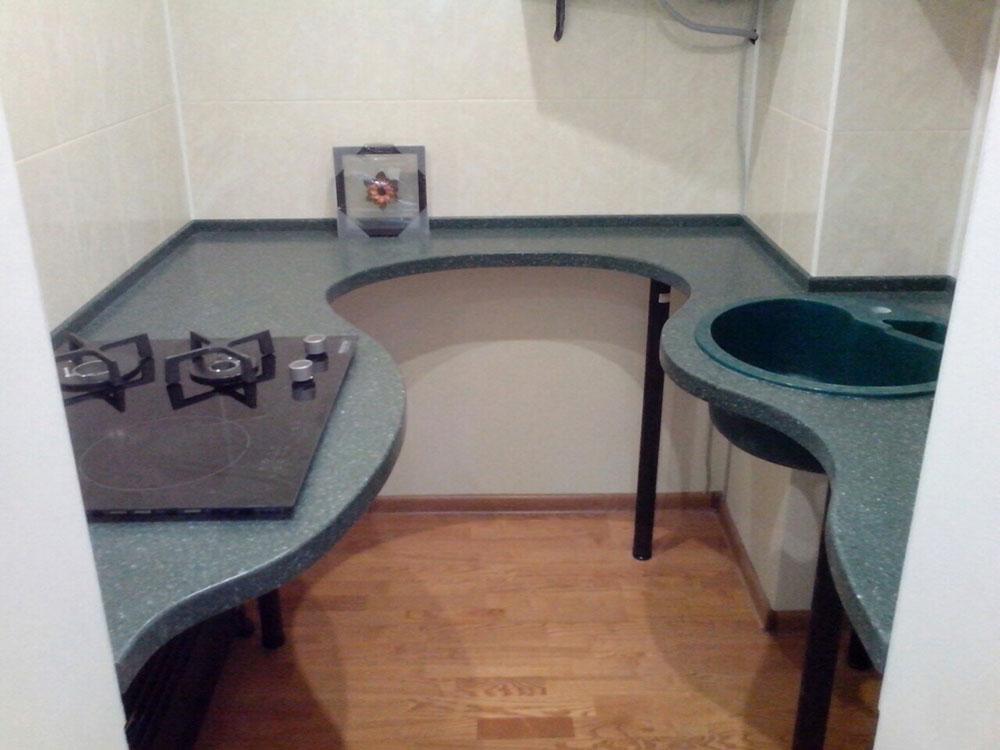 Сложная форма столешницы с разными радиусами на маленькой кухне