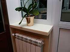 Подоконник у балконной двери