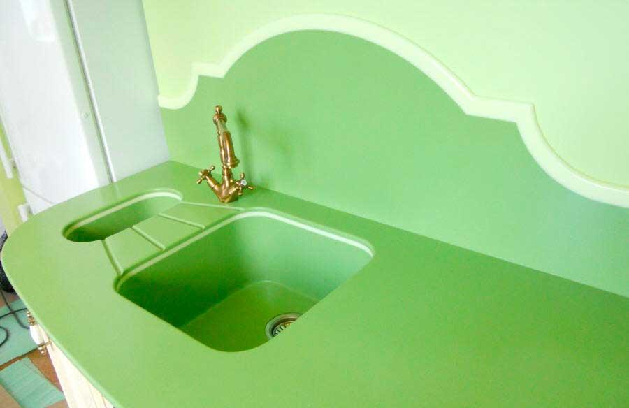 Фигурная стеновая панель в зоне мытья посуды.